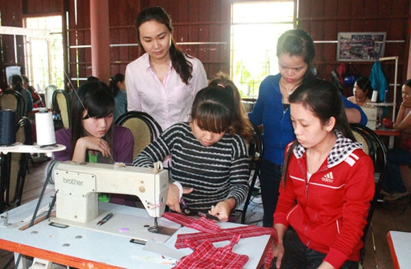 Labor shift from agriculture to industry and services in Vietnam: Issues and solutions