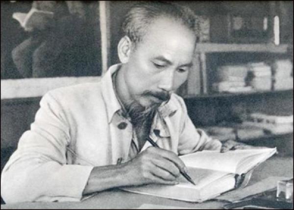Hồ Chí Minh: tấm gương mẫu mực về tự học và học suốt đời