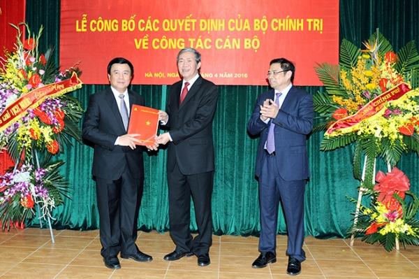 Đồng chí Nguyễn Xuân Thắng nhận quyết định Giám đốc Học viện Chính trị quốc gia Hồ Chí Minh